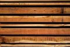 Wood plankasnitt som ska storleksanpassas i bunten för byggnadsmaterial Arkivbilder