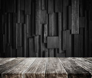 Wood plankatabletop med mörk wood bakgrund Royaltyfria Bilder