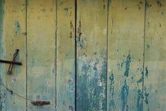 Wood plankor gå i flisor målarfärg arkivfoto