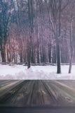 Wood plankor i snö Arkivbild