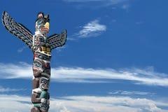 Wood pol för totem i den blåa molniga bakgrunden Royaltyfria Foton