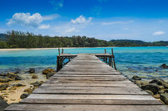 Wood port på stranden på den Kood ön Royaltyfri Foto