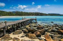 Wood port på stranden på den Kood ön Arkivbild
