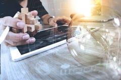 wood pussel för idérik handvisning och ljus kula med bärbar datorcom Royaltyfria Bilder