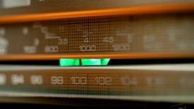 Wood radio för tappning som söker för stationer i olika radiofrekvenser arkivfilmer