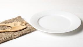 Wood sked och gaffel med maträtten Royaltyfria Bilder