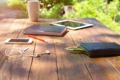 Wood skrivbord och elektroniska grejer Arkivfoto