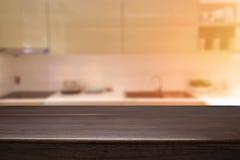Wood skrivbordutrymme och suddigt av kökbakgrund för produkt D Arkivbilder