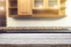 Wood skrivbordutrymme och suddigt av kökbakgrund för produkt D Fotografering för Bildbyråer