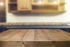 Wood skrivbordutrymme och suddigt av kökbakgrund för produkt D Royaltyfri Foto