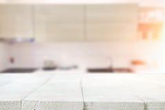 Wood skrivbordutrymme och suddigt av kökbakgrund för produkt D Arkivfoto