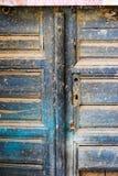 Wood smutsdörr för gammal turkos med hålet som en härlig tappningbakgrund Arkivfoton
