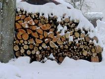 Wood snö för brand royaltyfria foton