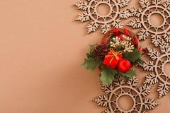 Wood snöflingor, idérik krans på beige bakgrund med kopieringsutrymme Arkivbild