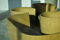 Wood solljus för Weaven Straw Brown Furniture Bank Couch handgjort hantverkskugga royaltyfria bilder