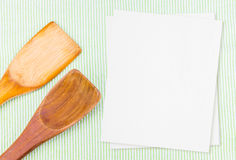 Wood spoon on green table cloth with blank white menu paper, Moc Stock Photography
