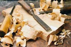 Wood stämjärn med shavings på arbetsbänken Royaltyfri Fotografi