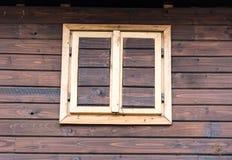 Wood stängt fönster på braunväggen Fotografering för Bildbyråer