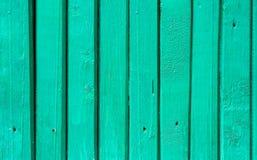 Wood staket Background för sjaskig smal planka Pastellfärgad turkosakvamarinfärg Yttersidatextur med detaljer spikar hål lantligt Royaltyfri Foto