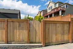 Wood staket Gate för husträdgårdträdgård arkivfoton
