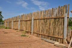 Wood staket i himlen. Arkivbild