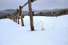 Wood staket i snön Arkivbild
