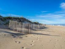Wood staket på den sandiga stranden av den Hatteras ön royaltyfria foton