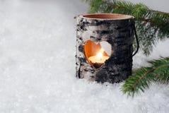 Wood stearinljushållare i snön Royaltyfri Bild