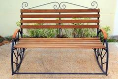 Wood stol i trädgård Fotografering för Bildbyråer
