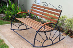 Wood stol i trädgård Royaltyfri Foto