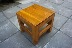 Wood stol med cementbakgrund Arkivfoton