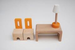 Wood stolar för möblemang två och en tabell Arkivfoton