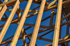 Wood strålar för konstruktion Arkivbild