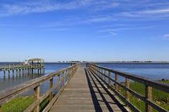 Wood strandpromenad över vattnet royaltyfria bilder