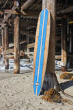 Wood surfingbräda mot den Kalifornien strandpir arkivfoton