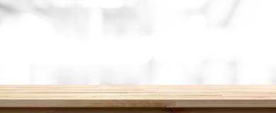 Wood tabellöverkant på abstrakt suddighetsvitbakgrund Arkivfoton
