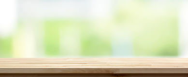 Wood tabellöverkant på abstrakt vitgräsplanbakgrund, panorama- baner Royaltyfri Foto
