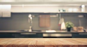 Wood tabellöverkant på bakgrund för suddighetskökrum arkivfoton