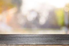 Wood tabellöverkant på bokehabstrakt begreppbakgrund arkivfoton