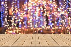 Wood tabellöverkant på färgrik suddig bakgrund, utrymme för montage royaltyfria bilder