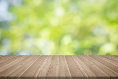 Wood tabellöverkant på suddig bakgrund för naturgräsplan, för montageyo royaltyfri bild