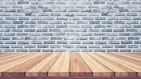 Wood tabellöverkant på suddighetstegelstenbakgrund Arkivfoto