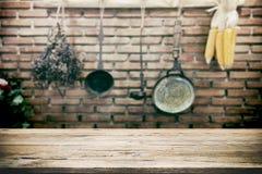 Wood tabellöverkant på tappningköksgerådbakgrund arkivfoto