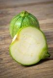 Wood tabell för rund zucchininolla Royaltyfria Foton
