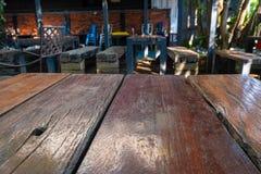 Wood tabell i resturant arkivbild