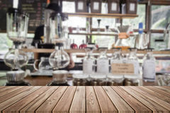 Wood tabell i suddighetscoffee shop Royaltyfria Foton