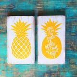 Wood tabell med ananasdesign Royaltyfri Foto