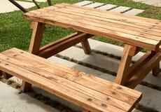 Wood tabell med bänken Arkivfoto