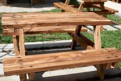 Wood tabell med bänken Arkivbilder