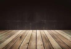 Wood tabell med mörk bakgrund royaltyfri bild